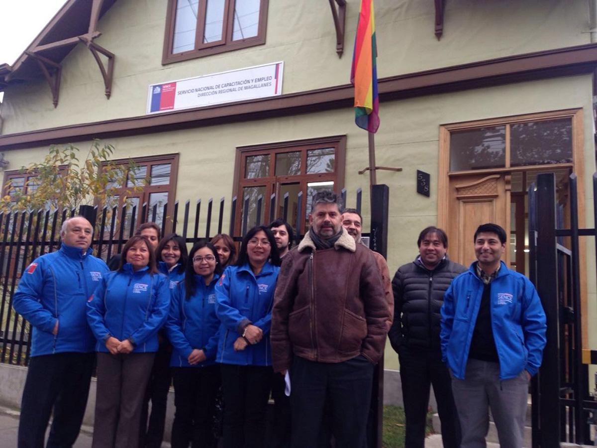 Autoridades del Trabajo izan bandera de la diversidad sexual en Día Contra la Homofobia
