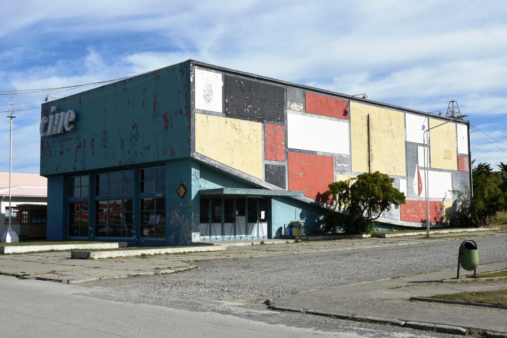 Se inician trabajos de restauración del cine de Cerro Sombrero