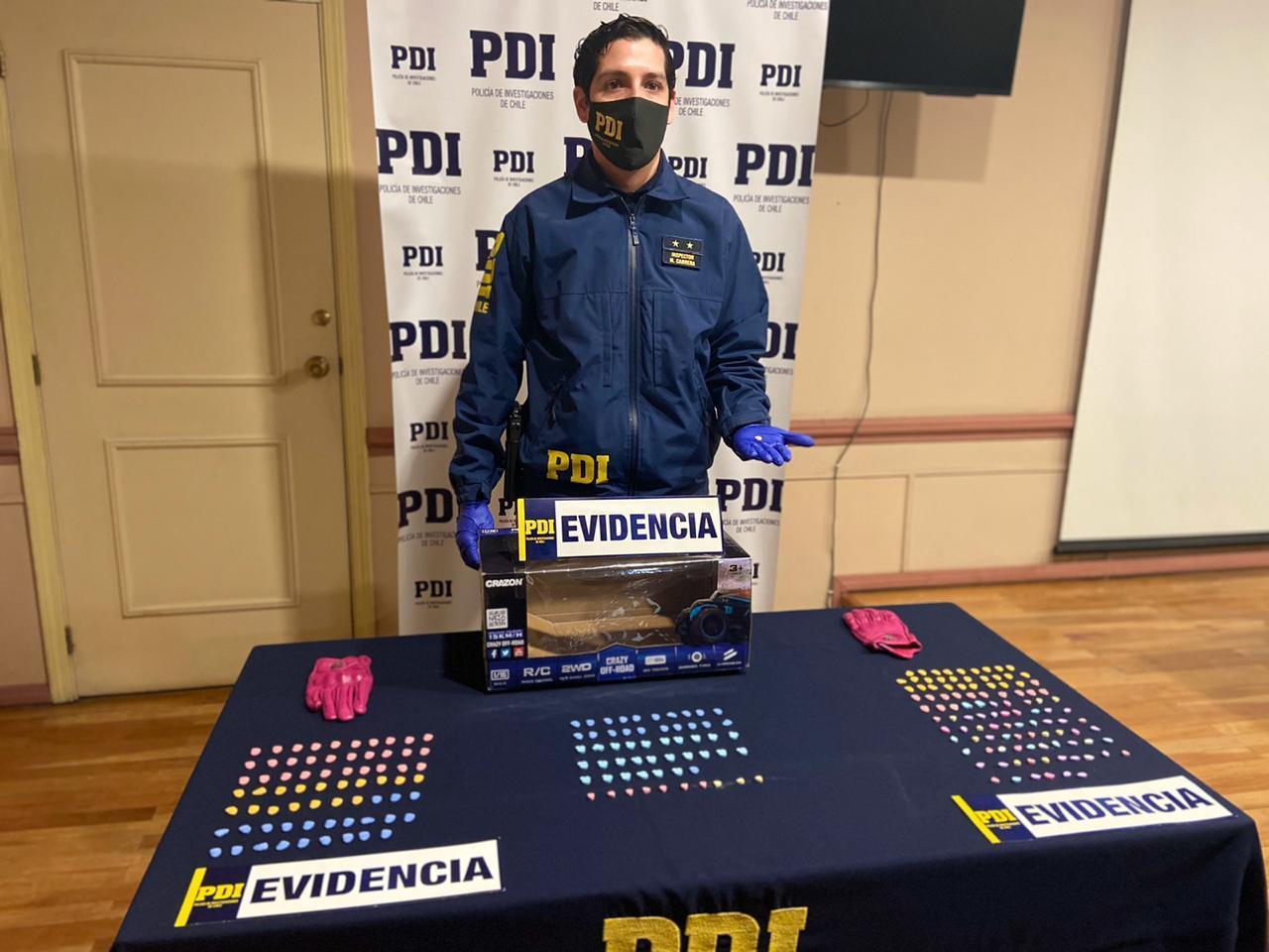 """En el marco de la Operación Hain: PDI Punta Arenas realizó una millonaria incautación de """"éxtasis"""" al detectar una encomienda con droga: una mujer resultó detenida"""
