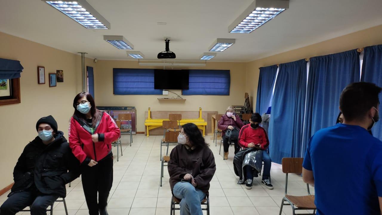 Con el pie derecho comenzó vacunación en juntas de vecinos de Punta Arenas. En el primer día se administraron 80 dosis