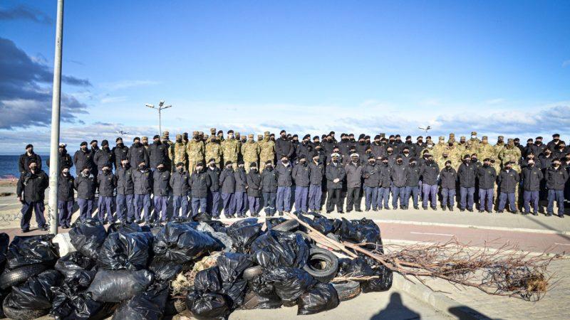 Armada de Chile realizó operativo de limpieza en costanera de Punta Arenas.